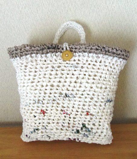 プラバッグ裂き編みリメイクの洗濯バサミ入れ