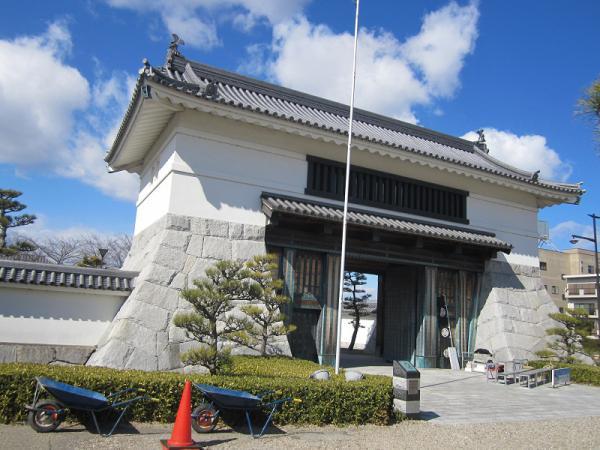 岡崎城大手門