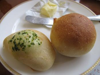 フランスパンとバジルパン