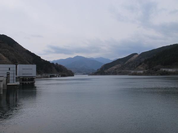 宮ヶ瀬湖と丹沢山地