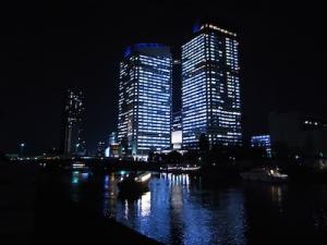 夜景も綺麗な運河には、屋形船も往来。