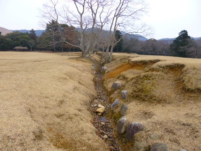 壁の目みたいな枯れた川があるんです 飛火野野の真ん中に