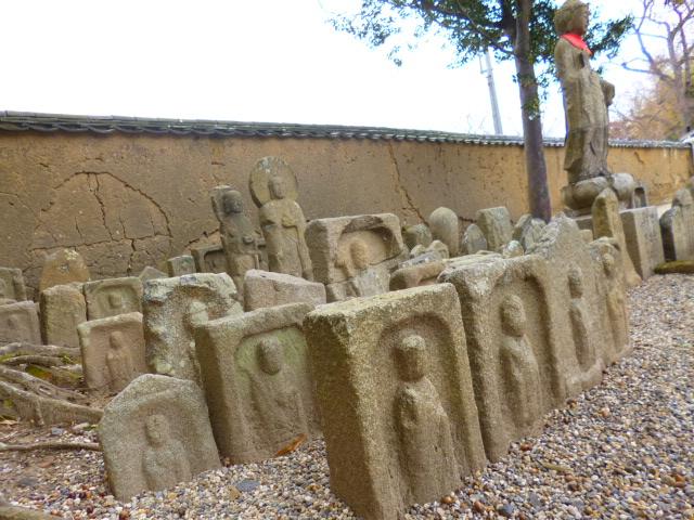 境内の片隅にある石仏群