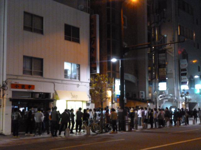 開演前にはライブハウス前にはたくさんのお客さんが寒い中待ってたんですよ