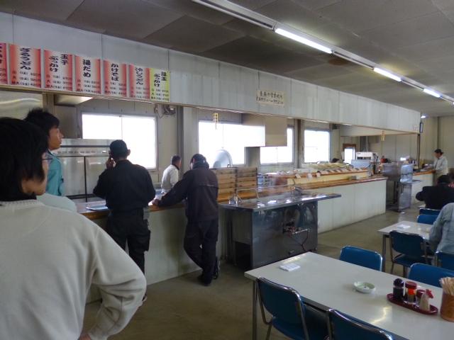 麺・テボ・天ぷら・ダシタンク・レジの順です
