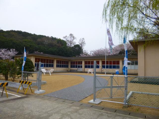 廃校になった沙弥島小・中学校