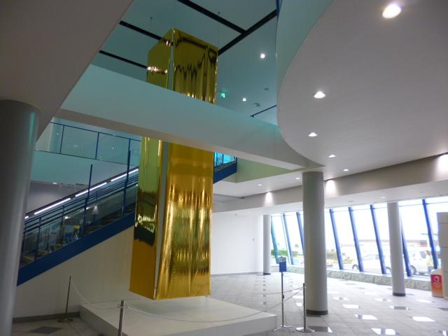 降り立った旅行客を黄金の柱が歓迎してくれます