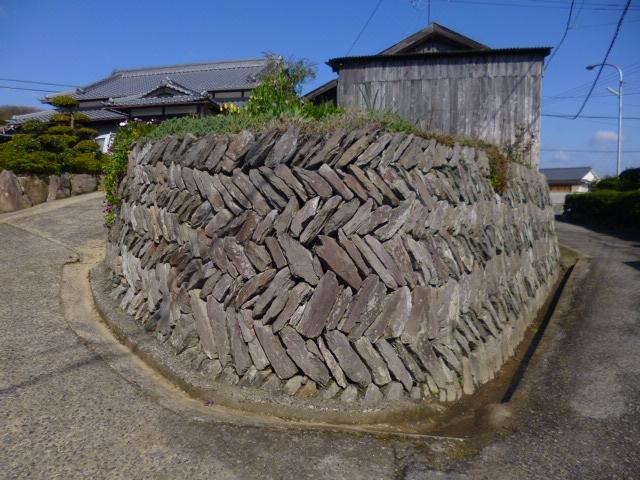 唐櫃地区独特の石の積み方です