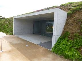 こちらはチケットセンター 地中美術館にもつながるデザインです