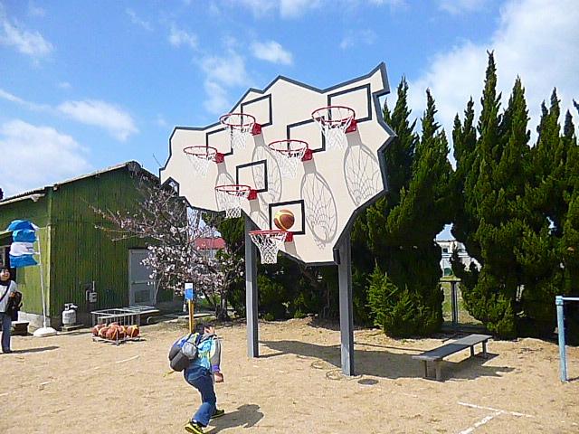 一番低いゴールならダンクシュートも可能です よく見ると豊島の形なんですね