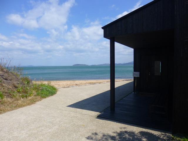 美術館の前はこんなに美しい浜と海が広がっています