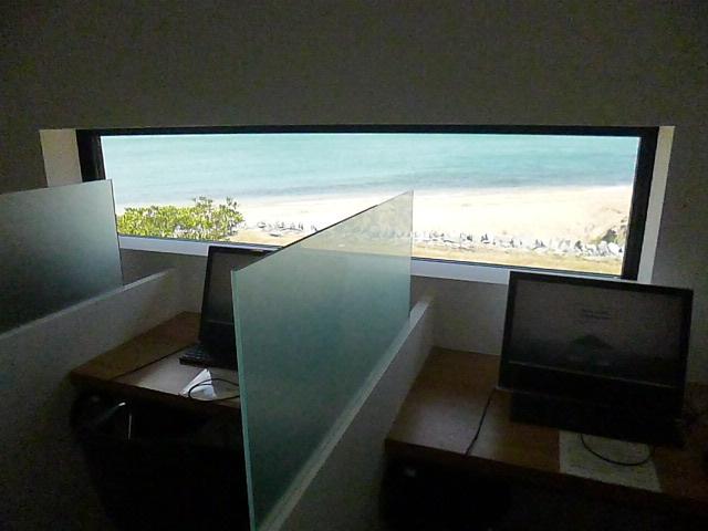 リスニングルームからは海が見えます