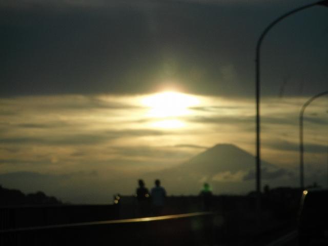 夕陽を浴びる富士山
