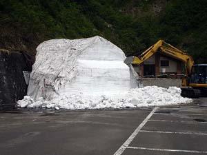 雪おくり 祭り 保存してある雪で雪像