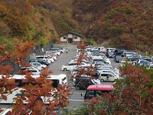 頂上の三方岩駐車場もまだ紅葉