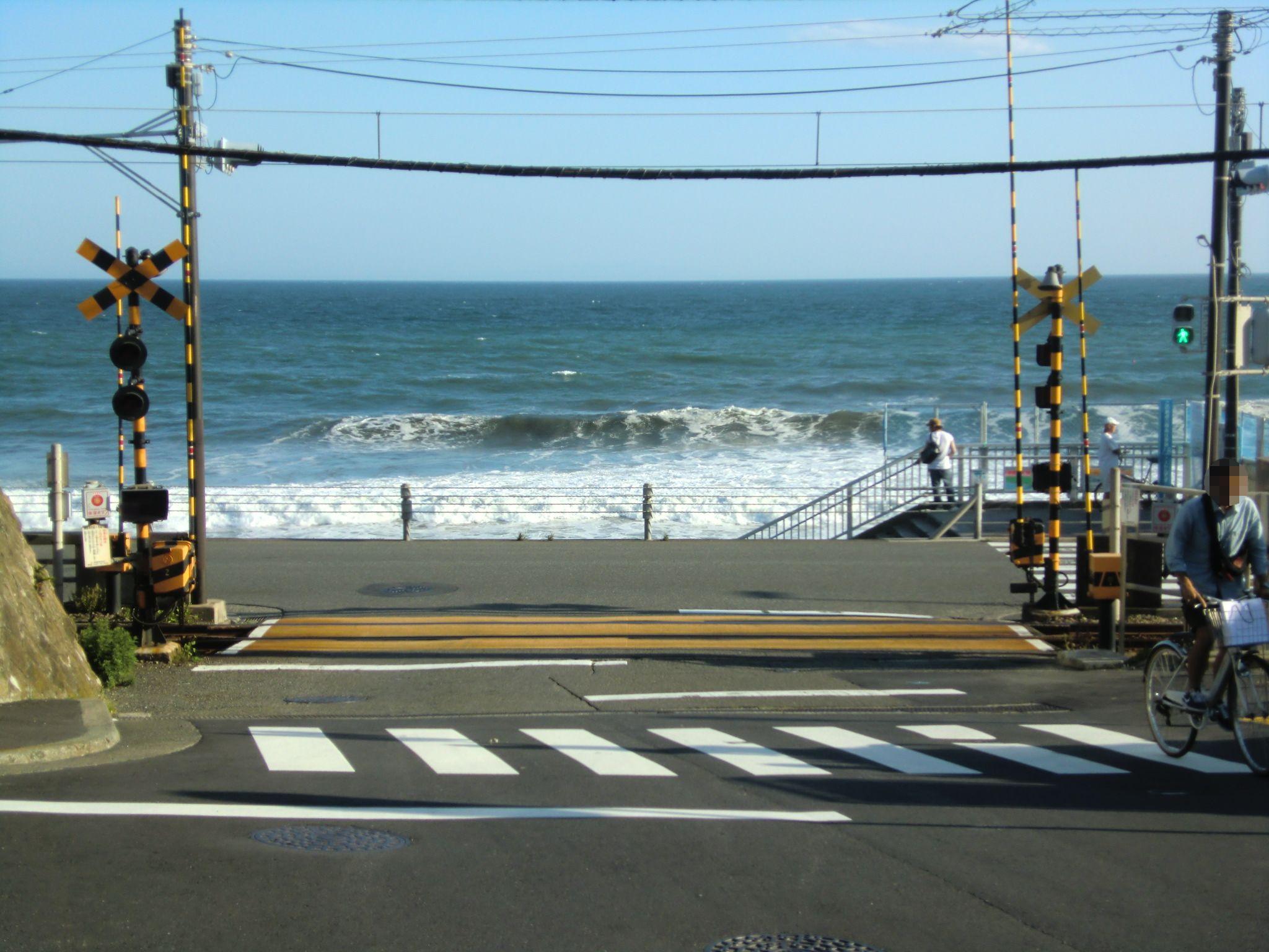 鎌倉高校前駅近くの踏切-2