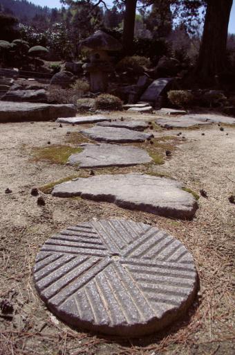 卜蔵庭園の石臼風飛石