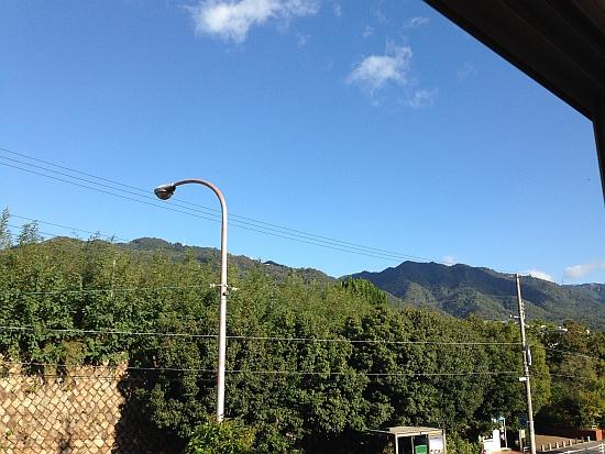 阪急王子公園駅から摩耶山を見る