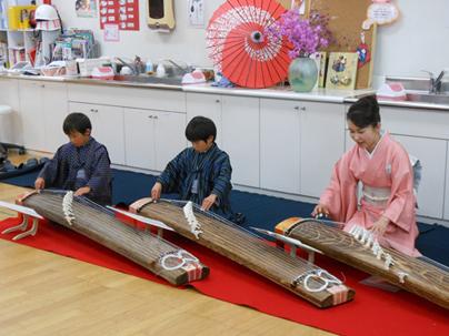 施設でのお琴演奏 子供