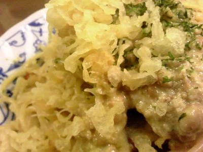 たぬき納豆クリームスパをマクロで撮影。深夜に。