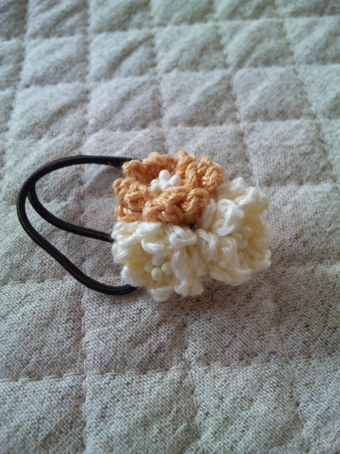 手編みの小花のヘアゴム