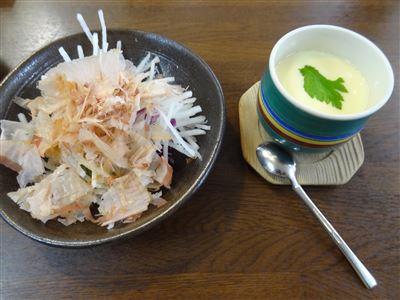 にぎり寿司ランチの茶わん蒸しとサラダ