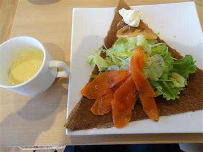 スープとスモークサーモン&クリームチーズのイタリアンサラダ