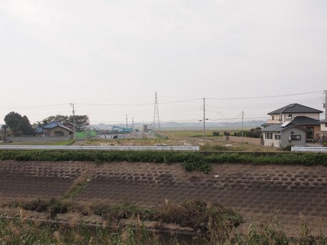 県道鴻野山豊岡線との交差部。画面奥が猿島岩井インター方面。