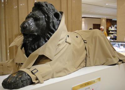 日本橋のコートを着たライオン
