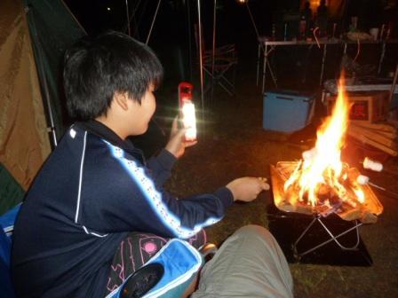 06マキノ高原の「さらさ」と言う温泉施設に行って帰ってから焚火を囲んで焼きマシュマロ作りました