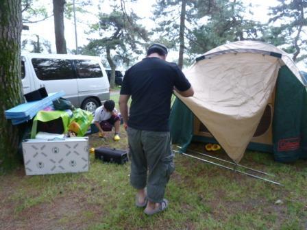 01到着してすぐにテント等の設営準備にかかります