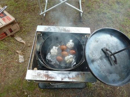 18続いて煮玉子の燻製とニンニクのホイル焼きを作ります