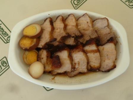 21煮玉子と焼き豚の燻製を切り分け、煮汁をかけて完成です。マスタードをつけて食べると美味しいですよ
