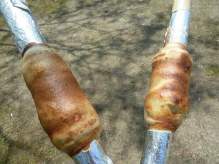 27子供が作ったバームクーヘンです。原始人が食べていたお肉の様な素朴な形に仕上がりました