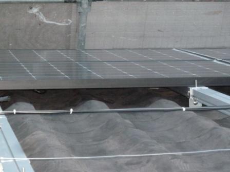 ⑮白と黒の配線を屋根に垂れない様にステンレス線に退行性のインシュロックで細かく固定します