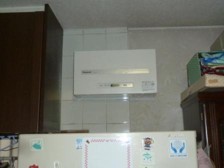 ⑥冷蔵庫の上のスペースにパワコンを設置完了