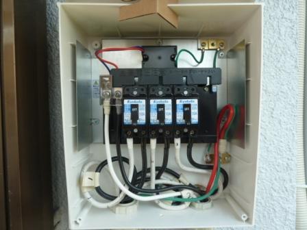①各系統からの配線を接続箱でまとめます