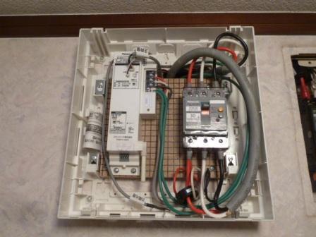 ⑨連係ブレーカーとパワー検出ユニットをケースに入れてキレイに仕上げます