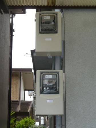 ⑫買電(上)売電(下)メーターボックスを取付けます