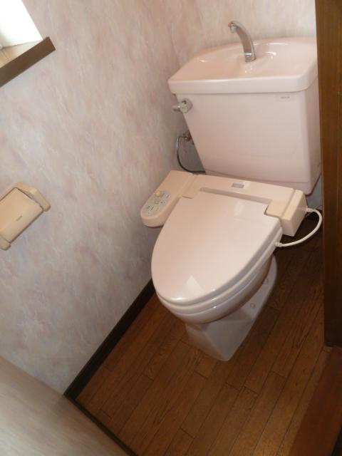 ①20年ご使用になった温水洗浄便座と便器です。