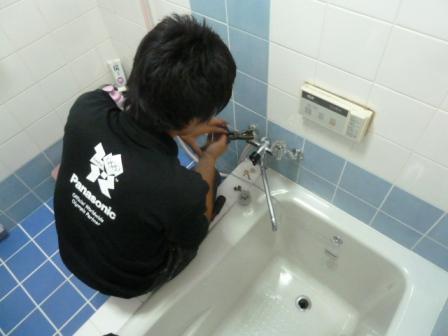 ⑧「お風呂場のカランがハンドルを締めても水がポタポタ漏れて困っているんやけど…」との事でしたのでついでにコマパッキンを交換して修理しておきました