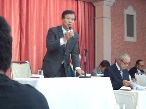 ⑤総会の議長をES会副会長の牧野伸彦氏が勤めました。どこでも主役ですね