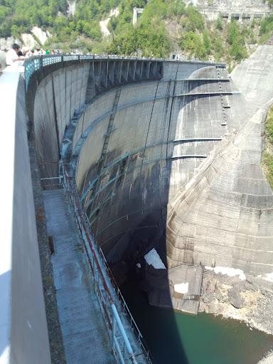⑨残念ながら放水は行われていませんでしたが下を覗き込むと、今にも吸い込まれるような壮大なスケールに身震いします。