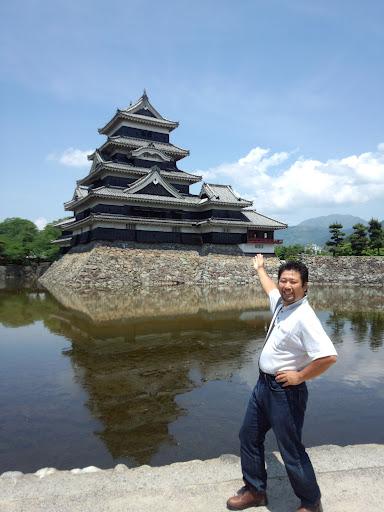 ⑬あれが国宝の松本城です。これから中に入って見学します。楽しみやなァ!!