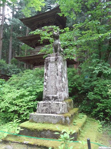 ①霊犬早太郎の像です