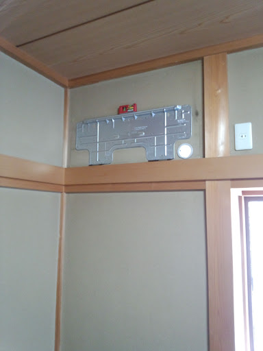 室内機を撤去し裏板を水平に気を配りながら固定します