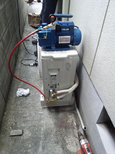 ⑧配管を接続したら配管内の空気を真空ポンプでエアパージします