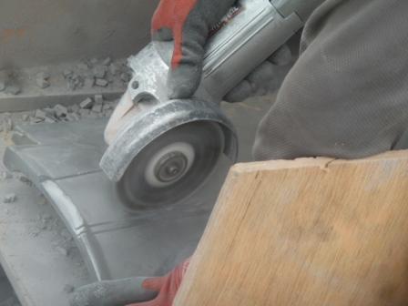09屋根瓦の差込み金具が干渉する部分を加工