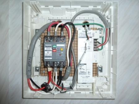 44系統連係ブレーカーとパワー検出ユニットをボックスに納めました