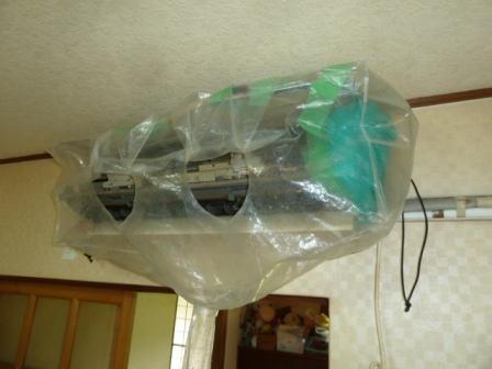 07電装部を防水しエアコンクリーニング用のビニールカバーを取付けます